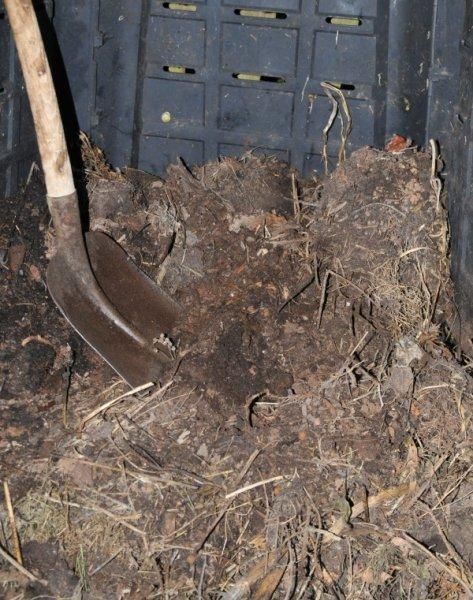 bild 13 die dritte schicht im hochbeet erde oder unreifer kompost. Black Bedroom Furniture Sets. Home Design Ideas