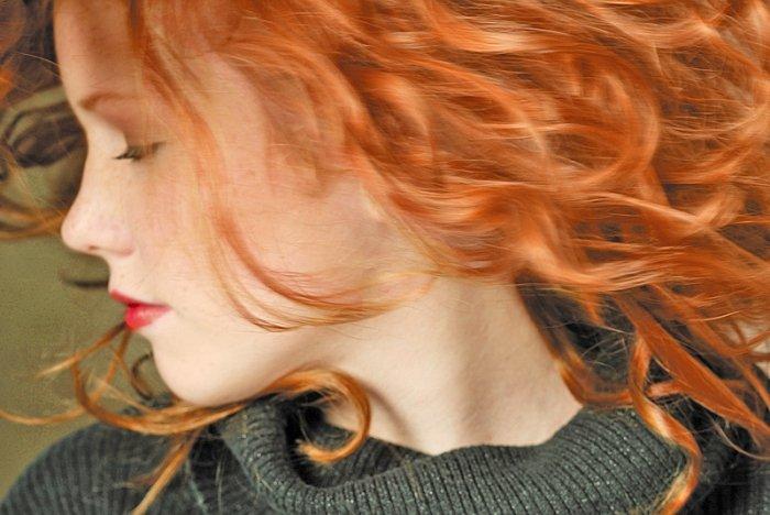 Wer sich die Haare färben will, greift oftmals zu Pflanzenhaarfarben, um Haarstruktur und Kopfhaut zu schonen. Doch sind diese Färbemittel auf natrürlicher Basis wirklich besser als herkömmliche Färbungen? Wir haben uns die Inhaltsstoffe der Pflanzenfarben verschiedener Hersteller mal genauer angeschaut und so manche Überraschung entdeckt. Foto: © Photodisc / Thinkstock
