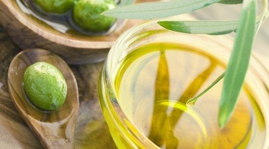 Trockene Haut und spannende Lippen, nicht gerade angenehm, aber in der kalten Jahreszeit keine Seltenheit. Da greift man schnell zu teuren Cremes oder Masken. Dabei gibt es so manches Hausmittel, das richtig gut und nachhaltig pflegt. Oft haben wir es in der Küche stehen, so wie das Wundermittel Olivenöl oder Quark. Foto: © mythja / iStock / Thinkstock