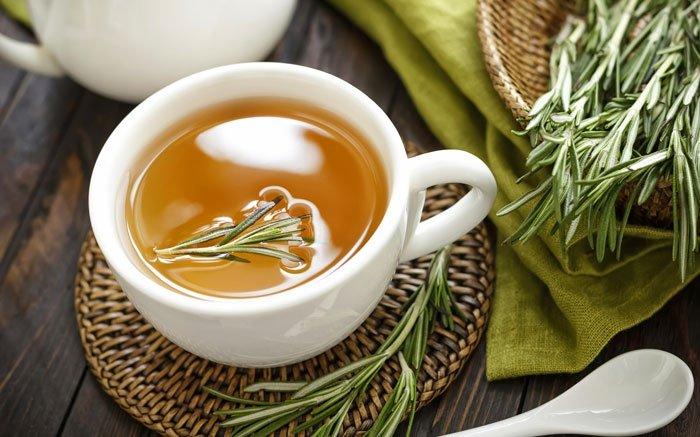 Rosmarin kann man nicht nur als feines Gewürz, sondern auch als natürliches Heilmittel nutzen. Der Tee aus dieser Pflanze ist unter anderem bei Kopfschmerzen, Menstruationsbeschwerden, oder zur Anregung des Stoffwechsels und Stärkung der Nerven sehr gut geeignet. Zudem kann Rosmarintee Herzbeschwerden und Herzrhythmusstörungen lindern. Hierfür sollten Sie jedoch vorab Ihren Hausarzt konsultieren. Alle in der Bildergalerie genannten Teesorten sind überwiegend für Erwachsene geeignet. Inwiefern Kinder sie trinken dürfen, sollten Sie unbedingt in der Apotheke oder beim Hausarzt vorher abklären. Foto: © YelenaYemchuk / iStock / Thinkstock