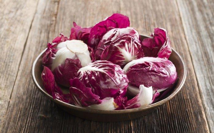 Vitaminreiche Salate können Sie nicht nur im Sommer frisch vom Feld geniessen. Es gibt auch einige Sorten, die noch im Winter Saison haben, wie zum Beispiel der Radicchio, der von September bis Anfang April geerntet werden kann. Man erkennt ihn an seiner dicht geschlossenen, kleinen Form und den rotvioletten Blättern. Der aus Italien stammende Wintersalat enthält recht viele Bitterstoffe, dafür liefert er aber auch jede Menge wichtige Vitamine wie B1, B2 und C. Wenn Sie den sehr bitteren Geschmack nicht mögen, können Sie ihn zudem ganz einfach abschwächen. Legen Sie die Blätter dafür einfach kurz in lauwarmes Wasser. Dadurch wird der Salat deutlich milder. Foto: © dulezidar / iStock / Thinkstock