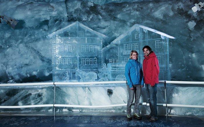 Der höchstgelegene Eispalast der Welt liegt im Gebiet des Matterhorn glacier paradises auf 3820 Metern. Um dorthin zu gelangen, parkieren Sie Ihr Auto am besten in Täsch und nehmen von dort aus die Bahn bis Zermatt. Schliesslich können Sie die Bergbahn bis zum Gletscher-Palast nutzen. Am Ziel angekommen, gibt es einen Lift, der Sie 15 Meter tief unter die Eisoberfläche bringt. Im Gletscher-Palast können Sie dann eine märchenhafte Welt entdecken, in der Sie durch Eistunnel mit unterschiedlichsten Kunstwerken wandeln. Foto: © ZERMATT BERGBAHNEN AG