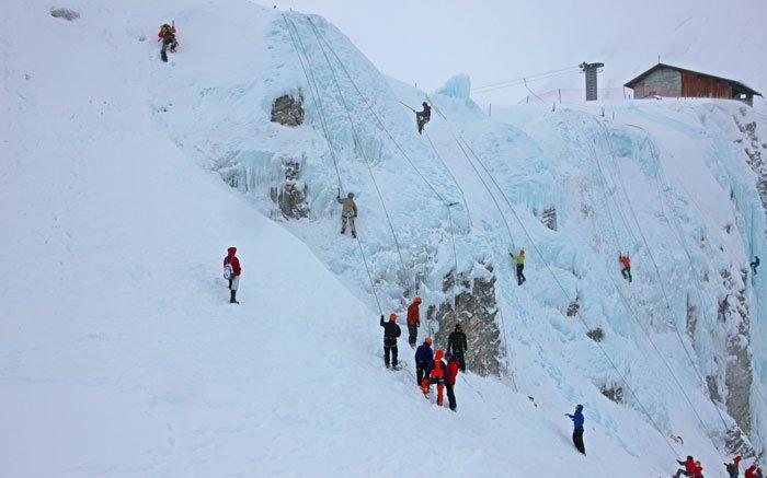 In der Schweiz gibt es mehrere Möglichkeiten, das Eisklettern auszuprobieren oder zu üben. Die Alpinschule Adelboden etwa organisiert regelmässig Eiskletter-Touren in verschiedenen Gebieten. «Hoschi's Eiswelt» ist zum Beispiel hervorragend für Anfänger geeignet. Von Adelboden aus können Sie diese mit der Luftseilbahn erreichen. Die 35 Meter hohe technisch einfache Eiswand befindet sich direkt neben der Bergstation Engstligenalp. Auf 1480 - 1960 Metern kann man hier in einem Grundkurs lernen, wie man sich sicher am Eis bewegt. Sie lernen ausserdem die Materialien und die richtige Klettertechnik sowie das Eisschrauben platzieren kennen. Der Kurs kostet 170 Franken. In einem Zweitagekurs können Sie für rund 350 Franken sogar einen Vorstieg im leichten Eis mitmachen. Foto: © Alpinschule Adelboden