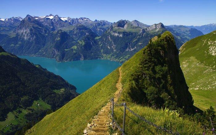 Ein kurzer Wanderweg ist der Panorama-Spazierweg Fronalpstock-Gipfel im Ur-Kanton Schwyz. Hier kann man auf einer Höhe von über 1'900 m ü. M. die grandiose Aussicht über zehn Seen und die prächtigen Gipfel der Zentralschweiz geniessen. Man blickt zum Beispiel hinunter auf den Vierwaldstättersee und die Rütliwiese. Zudem wurden zwei Themenpavillons errichtet, in denen man viel über die Natur und Kultur der Alpen sowie über Willhelm Tell erfahren kann. Der Spazierweg startet in dem autofreien Dorf Stoos, das man mit der Seilbahn Schwyz/ Schlattli-Stoos erreicht. Für die leichte Wanderung am Gipfelplateau braucht man für den Themenweg ungefähr 40 Minuten. Karten- und Routenpläne für weitere kurze Wanderungen am Fronalpstock finden Sie hier. Foto: © Beat Mueller / swiss-image.ch