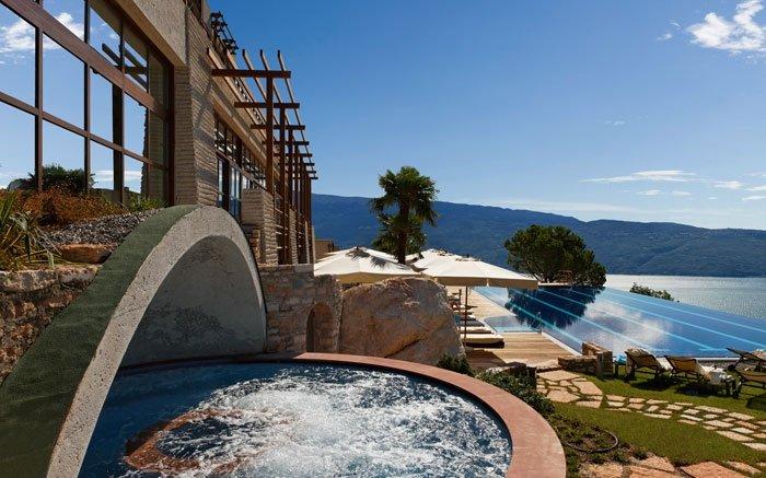 Architektonisch inspiriert von den typischen Strukturen am Gardasee für den Anbau von Zitronen, entschied man sich beim Lefay Resort & Spa für steinige Pfeiler mit einer Holzkonstruktion, um die Anlage harmonisch in die Umgebung einzubetten. Das italienische Wellnesshotel nutzt hauptsächlich erneuerbare Energiequellen, darunter ein Biomasse-Heizwerk sowie eine Kraft-Wärme-Kopplungsanlage. Das luxuriöse, aber nachhaltige Resort beteiligt sich zudem an Projekten, welche sich für die Reduktion von CO2-Emissionen einsetzen. Das Lefay Resort & Spa ist ausserdem darauf bedacht, wenig Abfall zu produzieren und setzt deshalb bei vielen Gebrauchsgegenständen auf recyceltes Material. Weitere nachhaltige Luxusresorts finden Sie auch auf unserer Partnerseite schoenesleben.ch. Foto: © lefayresorts.com, Resort & Spa Lago di Gardia