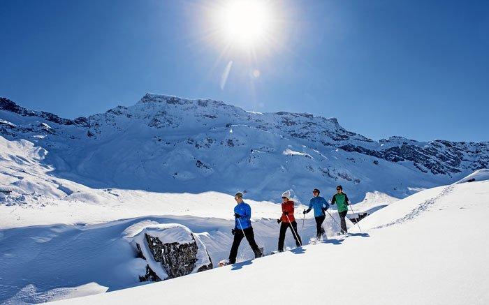 Schneeschuhlaufen auf der Engstligenalp im Berner Oberland