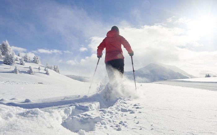 Eine wunderschön verschneite Bündner Bergwelt bietet sich Ihnen auf dieser Schneeschuhwanderung von Brambrüesch zum Dreibündenstein und weiter nach Feldis. Das Hochplateau Brambrüesch ist bequem von Chur aus mit der Gondelbahn zu erreichen. Beim Grenzstein der ehemaligen drei rätischen Bünde erwartet Sie eine atemberaubende Sicht, die bei guter Witterung bis zu den Glarner Alpen reicht. Beobachten Sie während des Schneeschuhlaufens die Gebirgsüberschiebung des UNESCO-Welterbe Tektonikarena Sardona, die besonders eindrücklich vom Ringelspitz bis hin zu den Flimser Bergen zu erkennen ist. Wem der Aufstieg auf das Furggabüel zu anstrengend ist, der kann die Sesselbahn ab Hühnerköpfe benutzen. Am Zielpunkt in Feldis endet die als mittelschwer einzustufende Schneeschuhwanderung mit der Gondelbahn nach Rhäzüns und weiter mit dem ÖV nach Chur. Foto: © Graubünden Ferien / Stefan Schlumpf