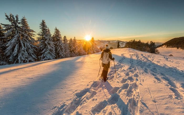 Schneeschuhlaufen im Park von nationaler Bedeutung in Thal