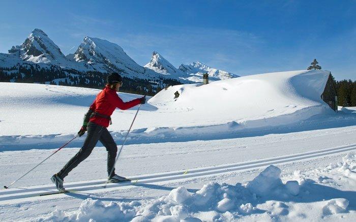 In Alt St. Johann, zwischen dem mächtigen Säntismassiv und den sieben Churfirsten gelegen, wartet ein über 80 Kilometer langes Loipennetz, das durch stille Wälder und wunderschöne Hochplateaus führt. Im Skisportgebiet Toggenburg bleiben keine Wünsche offen, sei es für technisch versierte Skater oder für solche, die lieber auf klassisch gespurten Panoramaloipen unterwegs sind. In der letzteren Kategorie ist besonders die Panoramaloipe Scherb/Bendel zu empfehlen, die in Hemberg mit einem Aufstieg beginnt und nach 17 Kilometern wieder zurück ins Dorf führt. Müde Langläufer können sich auf der Strecke in der Scherbhütte oder dem Restaurant Bad Hemberg stärken. Ebenso eindrücklich ist die Tal- und Nachtloipe von Alt St. Johann nach Unterwasser. Hier läuft man gemächlich zwischen den höchstgelegenen Gemeinden des Toggenburgs und hat an vier Tagen in der Woche die Gelegenheit, die 6 Kilometer lange Strecke auch nachts bis 21:30 Uhr zu befahren. Foto: © swiss-image.ch / Beat Müller