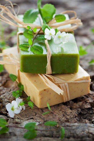 Seifenflocken bekommen Sie teilweise im Handel oder in diversen Online-Shops. Alternativ können Sie auch duftfreie (Glycerin-)Seife mit einer Küchenreibe zu Flocken verarbeiten. Gut geeignete Öko-Glycerinseife erhalten Sie beispielsweise bei Migros Do it + Garden oder online auf buttinette.ch. So machen Sie Naturseife einfach selber Die Seifenflocken schmelzen Sie in einem Wasserbad. Wenn Ihre Naturseife duften soll, geben Sie ausserdem für Kosmetik geeignetes, natürliches ätherisches Öl hinzu. Dieses finden Sie in vielen Reformhäusern, Apotheken oder auch online. Auf 100 g Flocken geben Sie dabei bis zu 5 Tropfen des Öls. Um Ihre Seife optisch aufzupeppen, können Sie Lebensmittelfarbe verwenden. Aber auch getrocknete Blüten und Kräuter verleihen der Naturseife ein besonderes Aussehen. Wenn sich alle Zutaten im Wasserbad gut vermischt haben, füllen Sie die Seife in spezielle Seifenformen oder andere geeignete Gefässe ab und lassen sie darin aushärten. Alternativ können Sie die Seife etwas abkühlen lassen und dann mit den Händen verkneten und in Form bringen. Dabei können Sie auch verschieden eingefärbte Seifen zu einer kombinieren. Egal, wie Sie Ihre Seife in Form bringen, Sie sollten sie auf jeden Fall mindestens einen Tag lang aushärten lassen, bevor Sie sie verwenden. Dickere Seifenstücke brauchen entsprechend mehr Zeit. Foto: © Sarsmis / iStock / Thinkstock