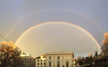 Doppelregenbogen über Zürich verschönert den Morgenhimmel