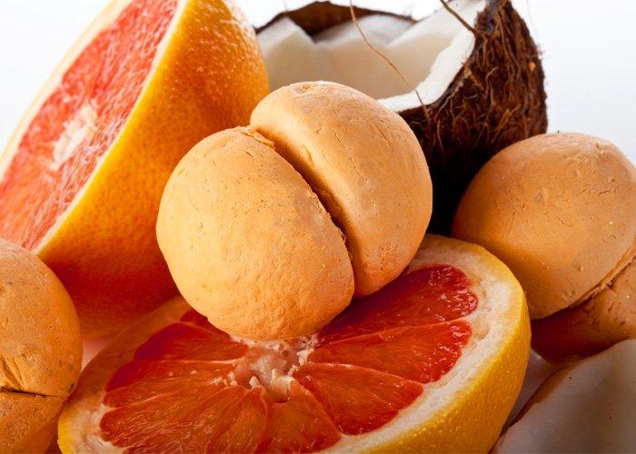 Die Firma LUSH steht für handgemachte Kosmetik, die vollkommen ohne Tierversuche hergestellt wird. LUSH gibt auch keine Tierversuche in Auftrag und verwendet nur natürliche Inhaltsstoffe. Pflegeprodukte von LUSH, wie die hier abgebildeten Schaumölbadeperlen Bubbleroons Yuzu Coco, können somit reinen Gewissens verwendet werden. Foto: LUSH