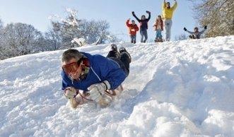 Holzschlitten im Test: Diese Modelle versprechen viel Schneevergnügen