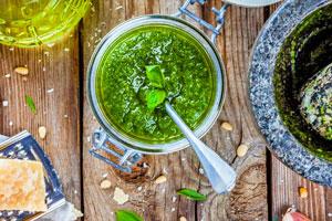 Feine Rezepte für schnelles Pesto in grün und rot