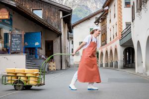 Wie eine Käserei das Val Müstair und seine Bergbauern rettet