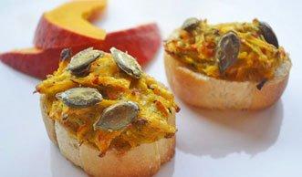 Herbstliche Rezepte: Suppe und Baguette mit saisonalem Kürbis