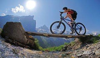 Rasant den Berg hinab: Bikeparks in der Schweiz
