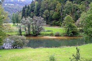 Wandern Sie entlang des schönen Flusses Le Doubs.