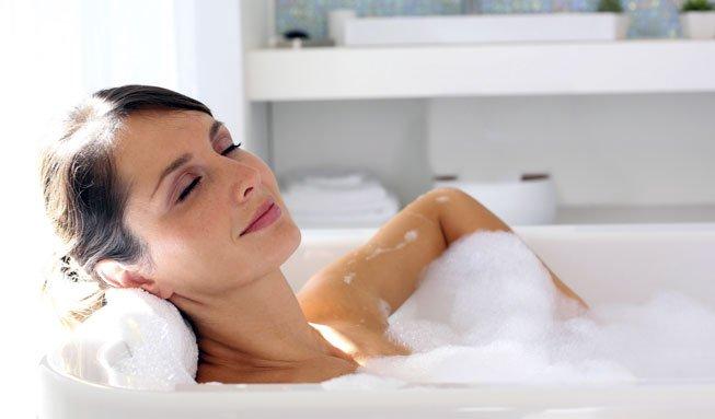 Hausmittel Erkältungsbad: Wann und wie es der Gesundheit hilft