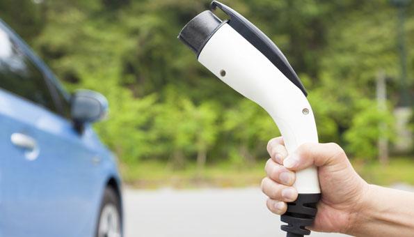 Hybrid-Auto: Verbrennungsmotor und Elektromotor unter einer Haube