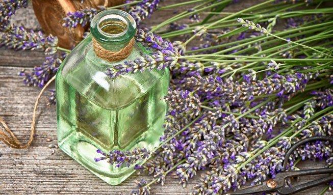 Mit drei einfachen Zutaten natürliches Badeöl selber machen