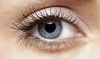 Verführerischer Augenaufschlag dank Rizinusöl für die Wimpern