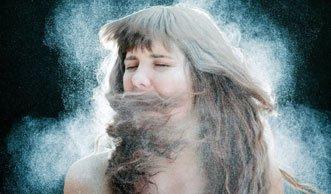 Trockenshampoo im Test: Wirkungsvoll oder nur eine staubige Sache?