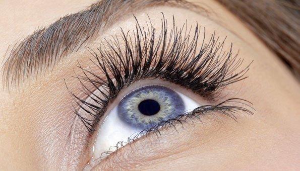 Wimpern färben oder Augenbrauen färben: Risiken inbegriffen