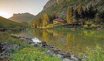 Wandern im Appenzell zu imposanten Felsen und klaren Bergseen