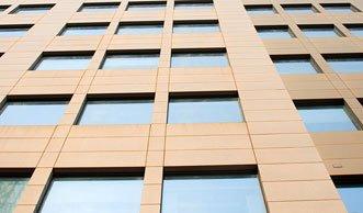 Neue Glasfassade liefert Strom für 30 Wohnungen