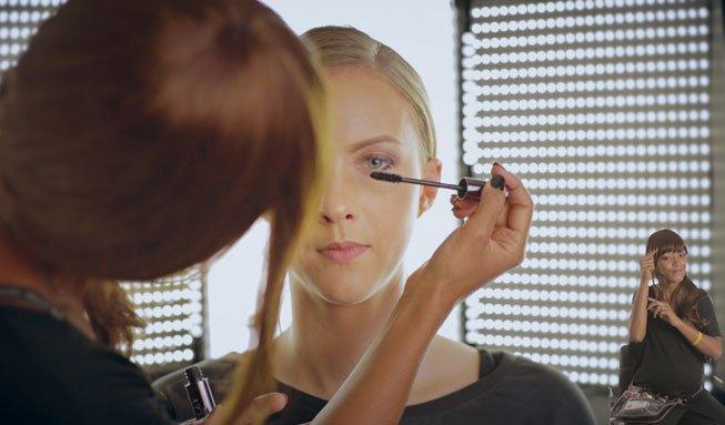 Neues Make-up Tutorial verhilft auch Gehörlosen zum perfekten Look