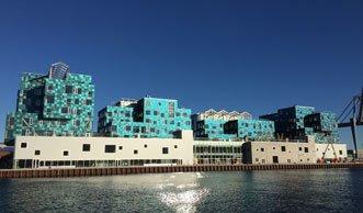 Rekord: Farbige Solar-Fassade versorgt Schule mit Ökostrom