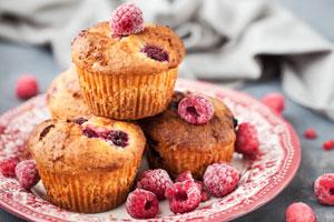 Fruchtig und saisonal: So backen Sie saftige Himbeer-Muffins