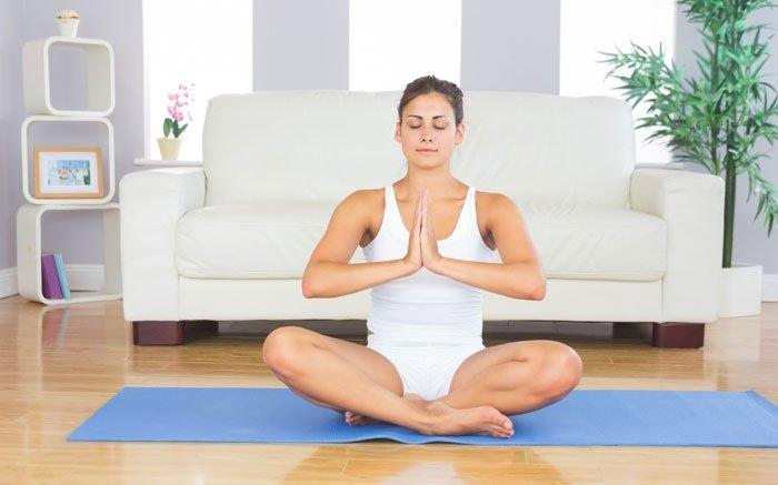 bild 9 wellness f r zuhause entspannung beim yoga oder meditieren. Black Bedroom Furniture Sets. Home Design Ideas