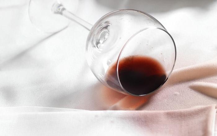 b77e6fd13cdad Rotweinflecken einfach mit dem Hausmittel Salz entfernen