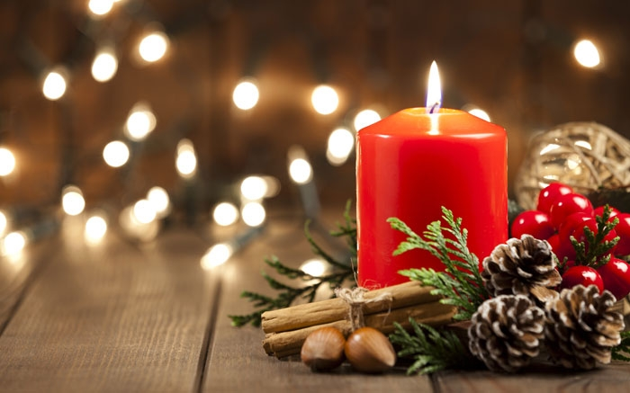 bild 15 weihnachtsdeko selber machen kerze mit mistelzweigen und kugeln. Black Bedroom Furniture Sets. Home Design Ideas