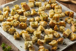 Rezept mit altem Brot: Croûtons selber machen und backen
