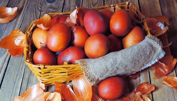 Eier färben mit Zwiebelschalen: So einfach geht es