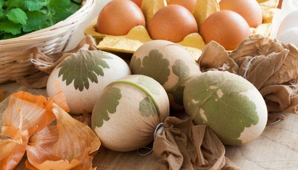 Eier färben und Muster machen mit Blättern und Kräutern