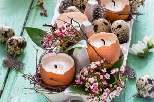 Zu Ostern eine hübsche Osterdeko aus Eiern und Wachs basteln.