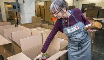 «2 x Weihnachten»: Ein Paket packen für Menschen in Not