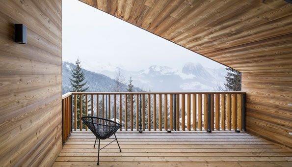 Das Ferienhaus besteht auch auf der Terrasse überwiegend aus dem Naturmaterial Holz