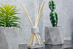 Raumduft selber machen und im Glasfläschchen mit Holzstäbchen aufstellen
