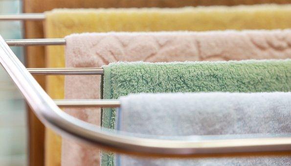 Nasse Tücher und feuchte Laken können die Zimmer kühlen