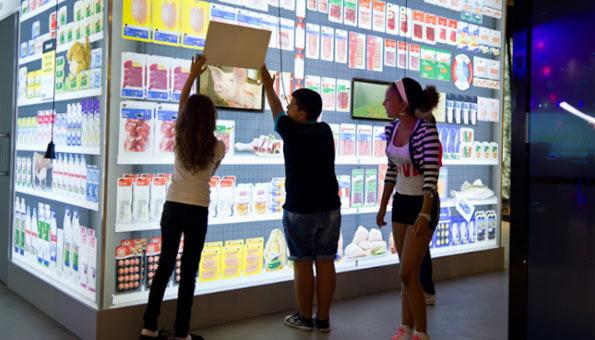 Die Coop Ausstellung ist wie ein Supermarkt aufgebaut