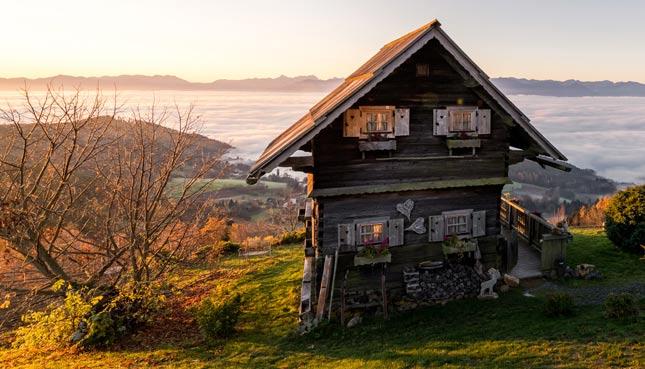 Das Gipfelhaus Magdalensberg in der Abendsonne