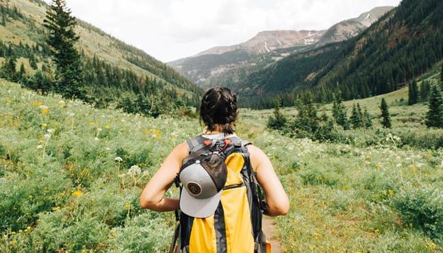 Wanderin mit Rucksack in den Bergen
