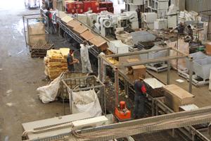 Fair Recycling Mitarbeiter der Stiftung in der Fabrik