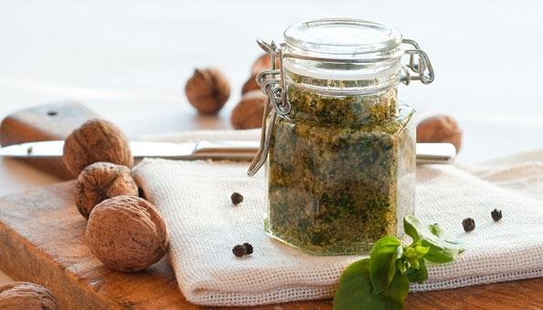 Baumnusspesto: Rezept für feines Pesto aus Baumnüssen