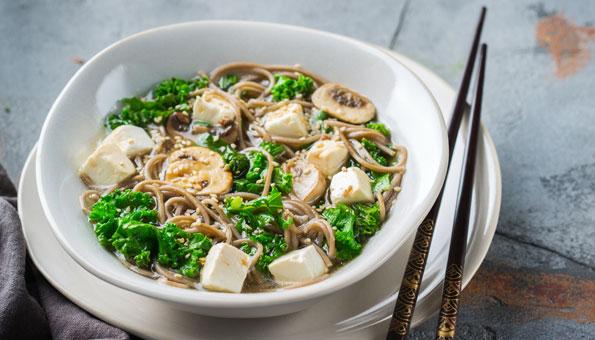 Federkohl-Rezepte: Federkohl-Suppe mit Nudeln und Tofu